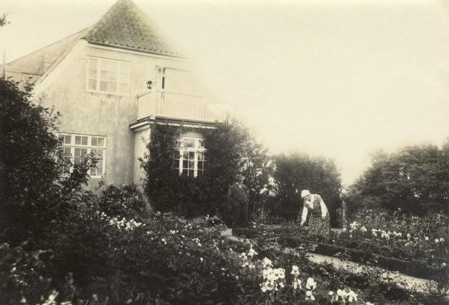 Nanna og Jeppe Aakjær i haven på Jenle